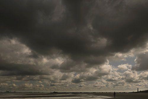Strand bij Nieuwvliet, regenwolken van