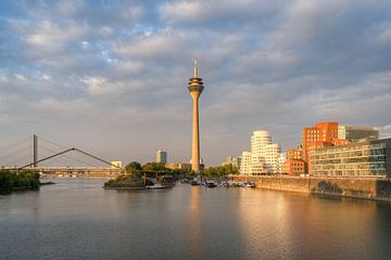 Goldene Stunde im Medienhafen Düsseldorf von Michael Valjak