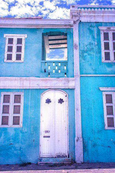 Blauw vervallen huis Curacao Pietermaai van Marly De Kok