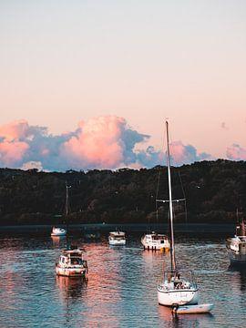 Roze wolken boven pittoreske haven von Bob Beckers