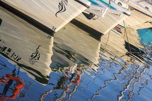 Reflectie zeilboten in het water