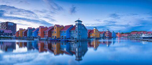 De gekleurde huizen van Reitdiephaven in de Stad Groningen tijdens een mooie, kalme zonsondergang.