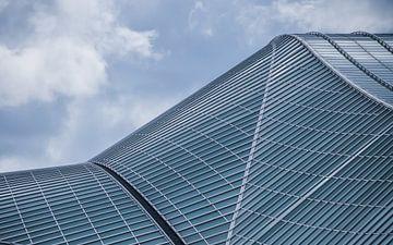 Glinsterende glazen dak van treinstation Luik Guillemins