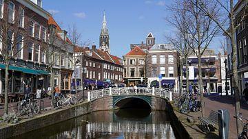 Gracht in Delft mit Blick auf eine Brücke und Grachtenhäuser von Gert Bunt