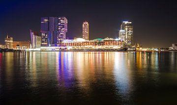 Uitzicht op de verlichte  Kop van Zuid en een cruiseschip in Rotterdam von Anna Krasnopeeva