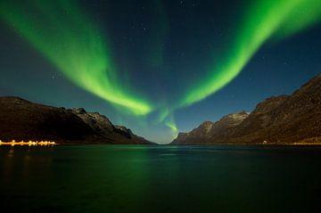 Noorderlicht in een fjord van Johan van Esch