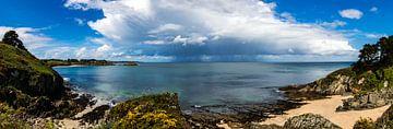 Panorama van buien die over zee trekken bij de Gros Rocher, Belle Ile en Mer, Frankrijk van Arthur Puls Photography
