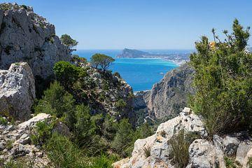 Kalkstenen kliffen en uitzicht op de Middellandse Zee van Montepuro