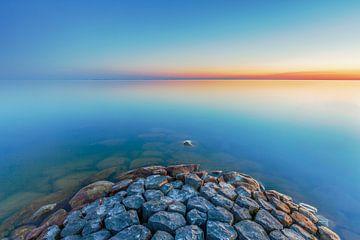 Un beau coucher de soleil avec une belle eau claire. sur Eelco de Jong