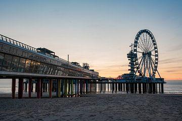 Pier Scheveningen reuzenrad bij zonsondergang vanaf het strand von Erik van 't Hof