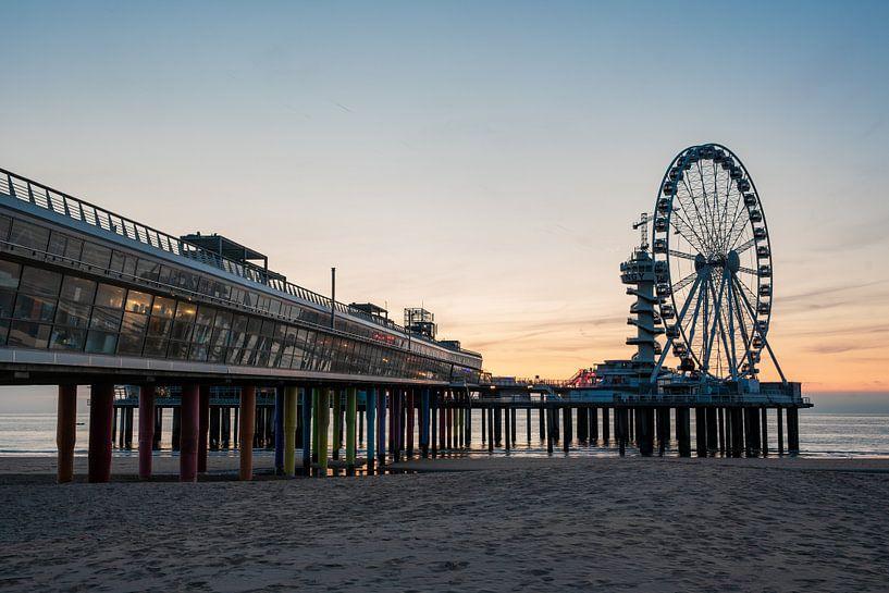 Pier Scheveningen reuzenrad bij zonsondergang vanaf het strand van Erik van 't Hof