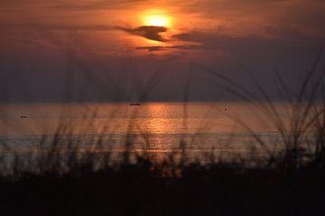 Beobachten, wie die Sonne im Meer versinkt. von Jurjen Jan Snikkenburg