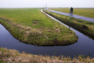 Eenzame fietser in de polder van Martijn van Huffelen