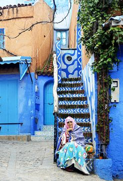 Berberfrau in blauen Kugeln von Zoe Vondenhoff