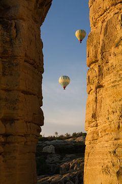 Luftballons in den Morgenhimmel in Kappadokien, Türkei von Johan Zwarthoed