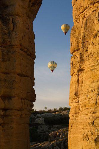 Luchtballonnen in de ochtendlucht in Cappadocia, Turkije van Johan Zwarthoed