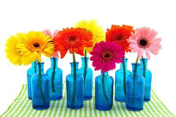 Gerberas colorés dans des vases bleus sur Ivonne Wierink