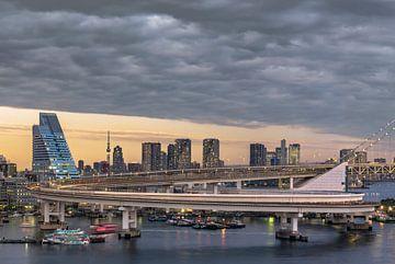 Ringstraße, die zur Regenbogenbrücke von Tokio führt. von Kuremo Kuremo