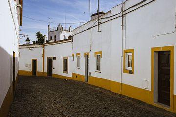 Geel geschilderde huizen in Evora van Michiel Dros