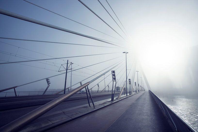 Erasmusbrug zonsopkomst in de mist sur Ruud Engels