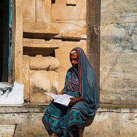 Lezende vrouw Rajastan - Pakistan van Marion Raaijmakers