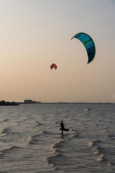 Kitesurfers in Krabbedijke van Anita Visschers