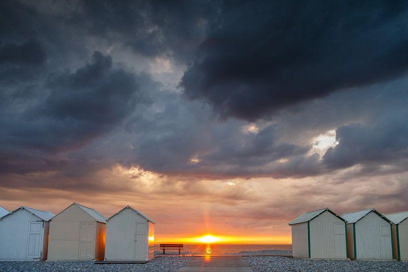 Zonsondergang regen en onweer boven zee van Menno Schaefer