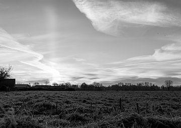 Wijde blik op het landschap met opkomende zon. zwart wit. van Lieke van Grinsven van Aarle