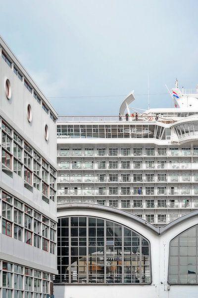 Drie gebouwen, één boot, Wilhelminapier, Rotterdam van Frans Blok