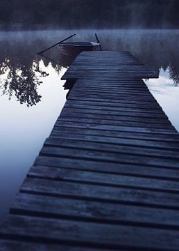 boat in morning fog van Sagolik Photography