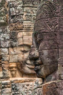 Boeddha beelden in Bayon van Richard van der Woude