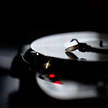 Moderne Platenspeler met vinyl plaat! van Arne Pyferoen