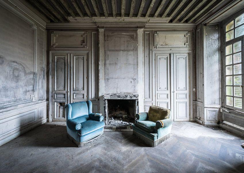 Twee blauwe stoelen van Inge van den Brande