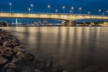 Pont Deutzer à Cologne la nuit tombée sur 77pixels