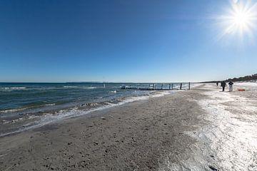 Oostzee, wandelaar in de winter op het strand in Juliusruh, Rügen van GH Foto & Artdesign
