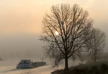Binnenvaartschip in een mistige morgen van R. Maas