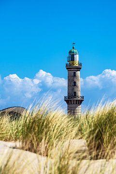 Blick auf den Leuchtturm mit Düne in Warnemünde von Rico Ködder