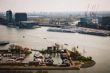 Uitzicht over het IJ van A'dam toren in Amsterdam van Paul van Putten