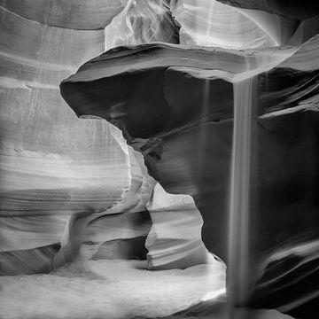 ANTELOPE CANYON Pouring Sand black & white van Melanie Viola