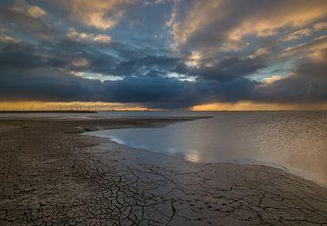 Stormachtige zonsondergang op het wad van Marcel Kerdijk