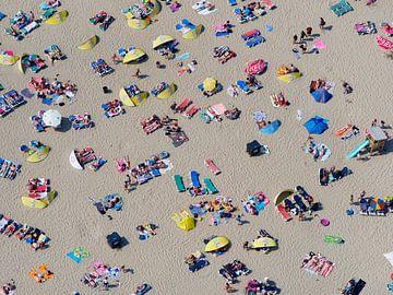 Zonaanbidders op het strand van Zandvoort op een warme zomerse dag van