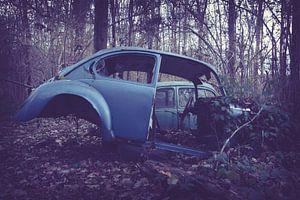 Auto achtergelaten in het bos