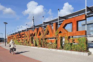 Rusty typografische kunst object met de naam Whine Muur in Tilburg van Tony Vingerhoets