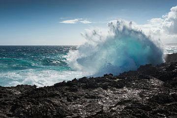 Grote golf crasht op de kust van