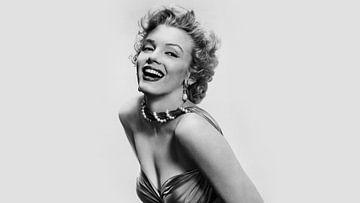 Marilyn Monroe, das Pinup in Schwarz-Weiß sieht lachend in die Kamera