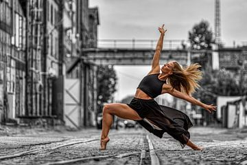 Danseres modern in verlaten omgeving van Bob Karman