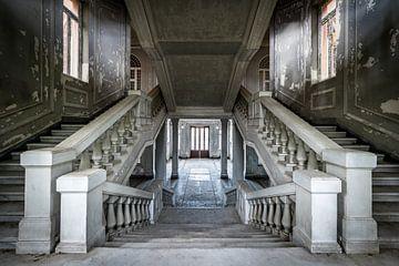 Escalier dans une grande villa sur Inge van den Brande