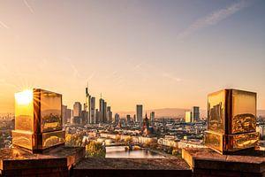 Frankfurt am main von oben mit goldenen Zinnen im Vordergrund
