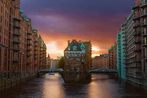 Speicherstadt Hamburg tijdens zonsondergang van