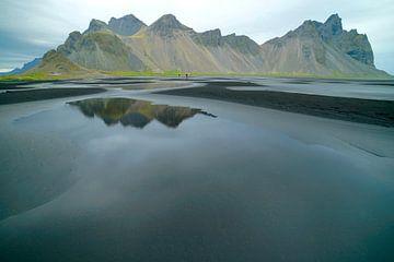 Spiegelnde Berge auf Island von Co Bliekendaal